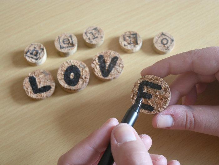 DIY & Etiquettes en bouchons-Ecrivez les lettres