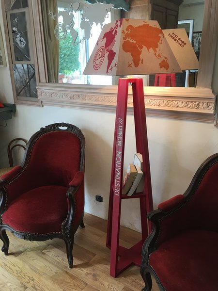 Une lampe pour préparer son voyage-peinture au pochoir, finitions, montage des éléments électriques.