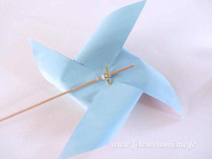 Moulins à vent de papier-Montez le moulin sur son support