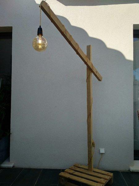 Un lampadaire tout en bois  .... -C'est terminé !