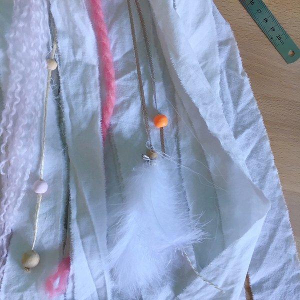 Une tenture Bohême-Ajoutez des liens perles, plumes et pompon