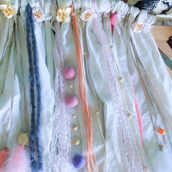 Une tenture Bohême-Ajoutez quelques brins de laine et des fleurs de papier
