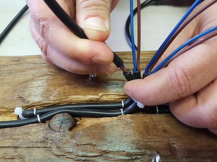 DIY : suspension en bois flotté et bocaux-Le raccordement électrique