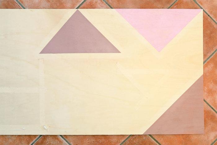 Un organiseur mural graphique et cuivré-Décorer la planche en bois