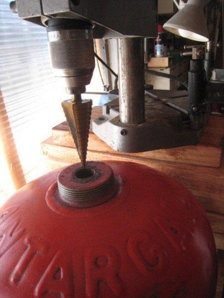 Une lampe bouteille gaz -Agrandir le trou de la valve pour laisser le passage de la douille