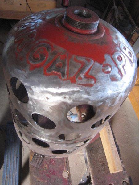 Une lampe bouteille gaz -Poncer la peinture extérieure