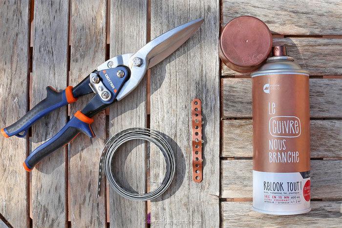 Un organiseur mural graphique et cuivré-Installer les paniers de rangement