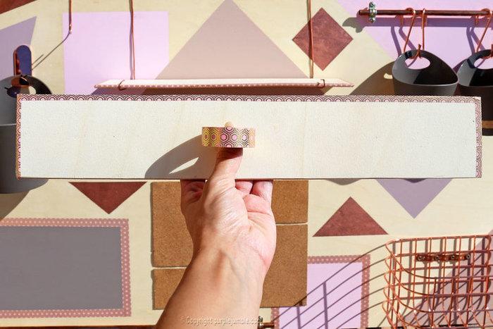 Un organiseur mural graphique et cuivré-Fabriquer des étagères en bois à suspendre