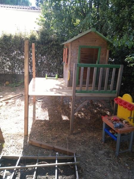 Aménagement et agrandissement d'une cabanne sur piloti-Etape 5: pose de la cabane et du toboggan