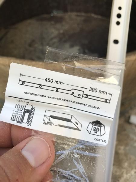 Tonneau transformé en bar-Fixation des glissières pour les tiroirs
