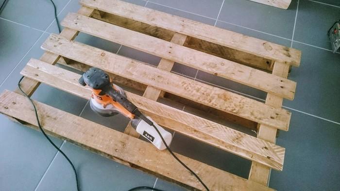 DIY : Table basse en palette rétroéclairée personnalisable-poncer les palettes