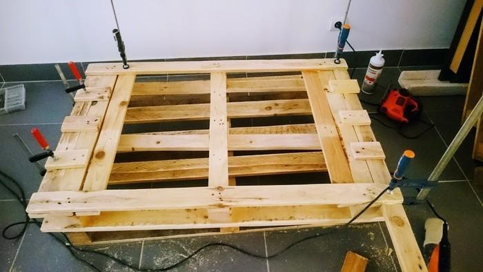 DIY : Table basse en palette rétroéclairée personnalisable-créer les rebords de la table avec les chutes de lattes
