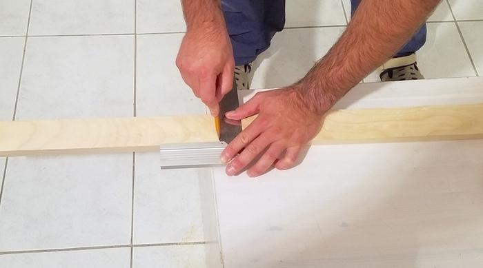 Fabriquer une lampe design-Couper les deux grandes longueurs de la potence