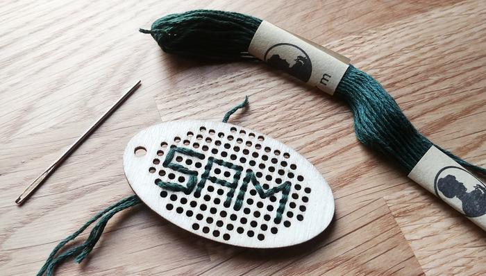 Une pochette cadeau brodée-Préparer et installer le pendentif
