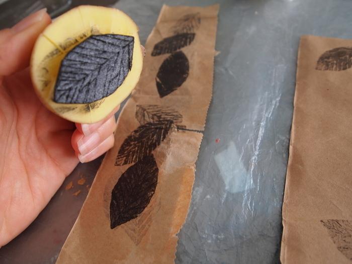 DIY : paquets cadeau nature et récup'-Tamponner les fonds