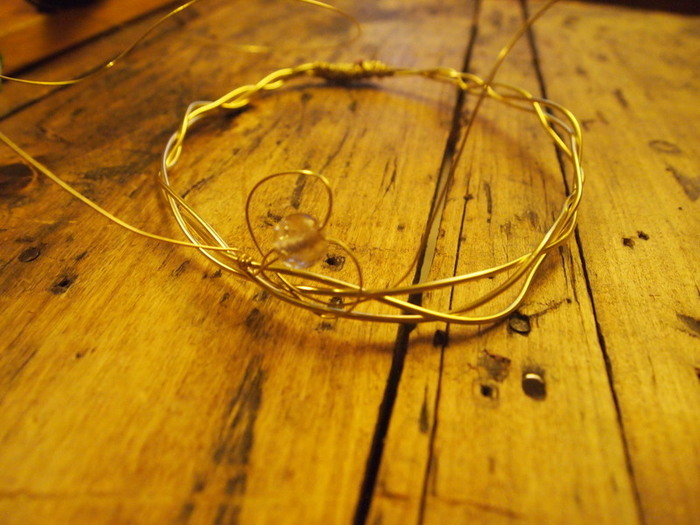 Une couronne de princesse -Former les volutes avec les perles
