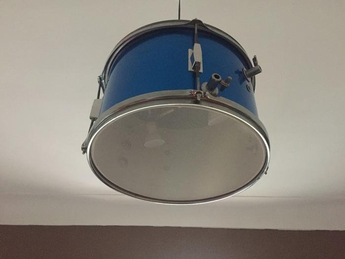 Une lampe avec une batterie-plus de photos