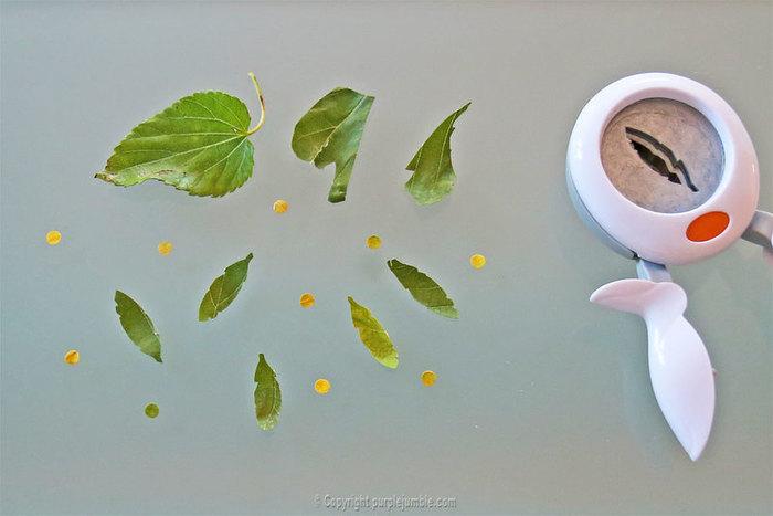 Un paquet cadeau recup et nature-Découper des feuilles pour décorer le paquet