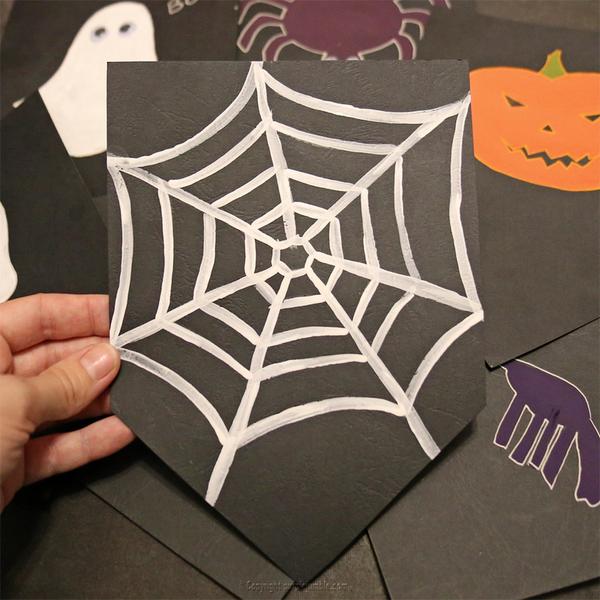 Une guirlande effrayante pour Halloween -Peindre des monstres