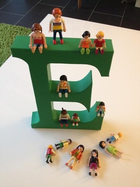 DIY un porte clés lettre playmobils-Coller les playmobils