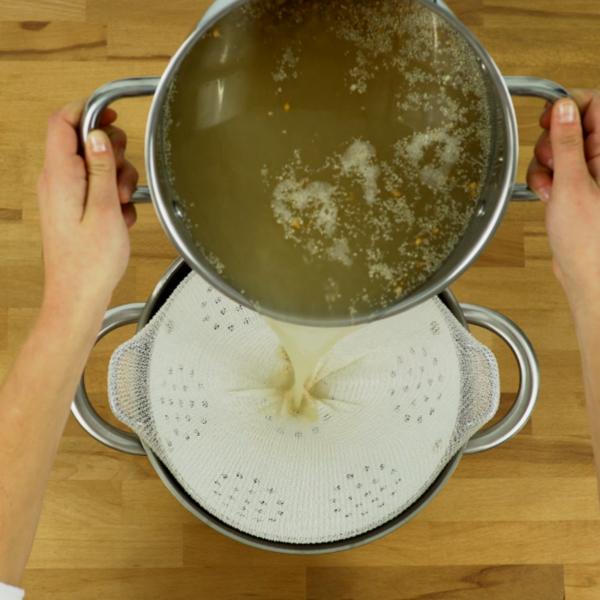 Bière blonde bio à réaliser chez soi - Premier filtrage