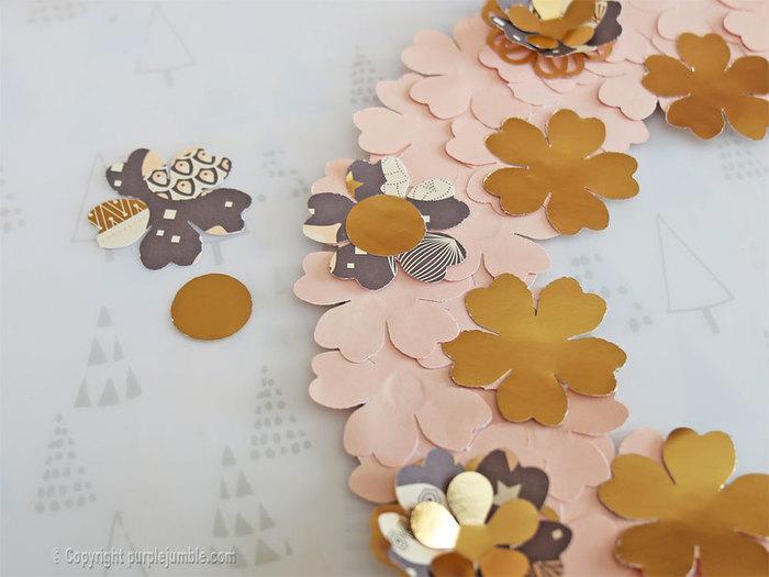 Une couronne fleurie pour Noël -Préparer et coller les fleurs décoratives