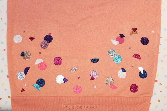 Un sweat customisé haut en couleurs !-Coller les formes en tissu