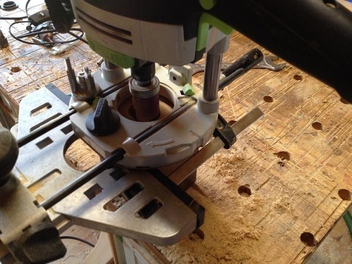 Une lampe autour d'un fer de roue-Percer le cube de bois pour y loger la partie électrique
