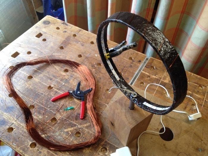 Une lampe autour d'un fer de roue-Fixer le ruban de leds