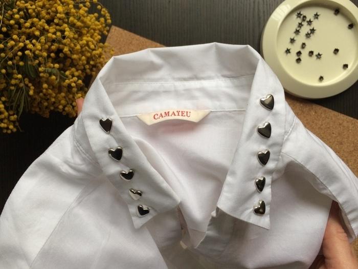 Customiser une chemise avec des clous à griffes -Finaliser le col