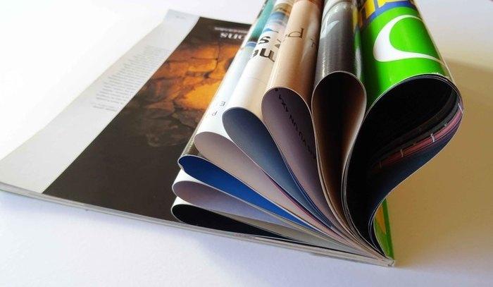 """Guéridon """"Lota"""" en magazines de récup'-Pliage du premier magazine"""