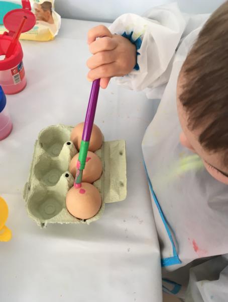 Oeuf en herbe et son habit en pâte à modeler ARTIBUL-La peinture