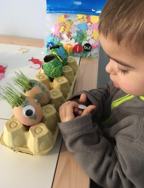 Oeuf en herbe et son habit en pâte à modeler ARTIBUL-Gommettage