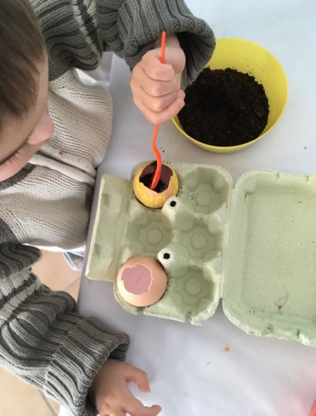 Oeuf en herbe et son habit en pâte à modeler ARTIBUL-Plantation