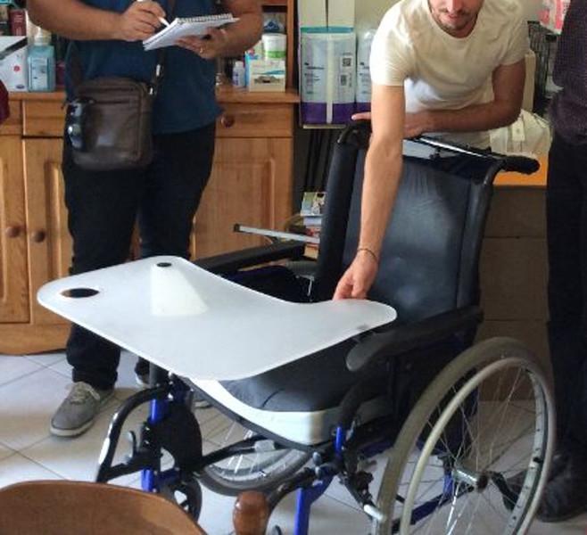 Support pour tablette de fauteuil roulant ALTO-NV-Ajuster la hauteur de la tablette avec le tube PVC