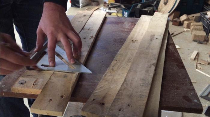 Un luminaire industriel-Récupération et découpe du bois