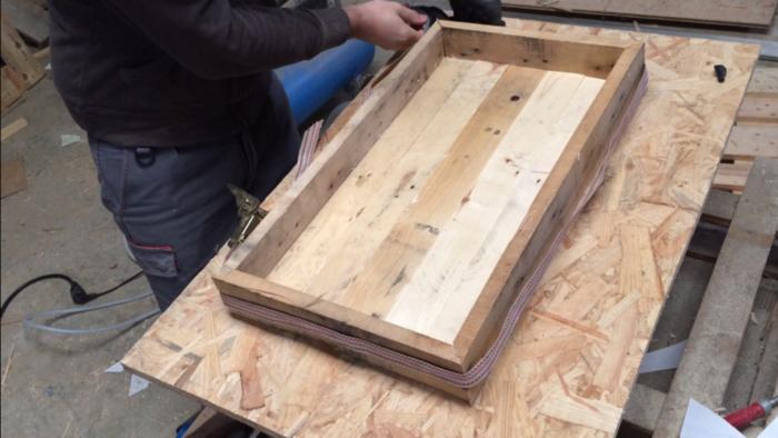 Un luminaire industriel-Assemblage et finition du bois