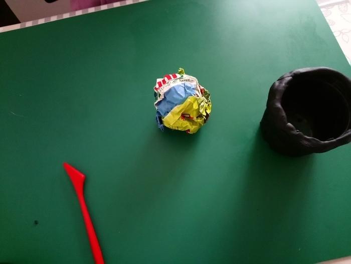 La fabrique des œufs de Pâques-Le chaudron rempli de chocolat