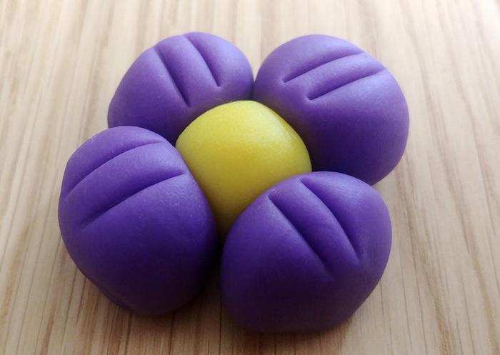 Décos pour gâteau de Pâques en pâte à modeler-Réalisation de la fleur