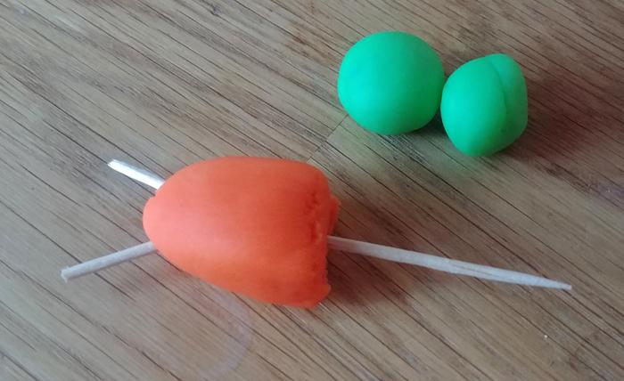 Décos pour gâteau de Pâques en pâte à modeler-Réalisation des carottes