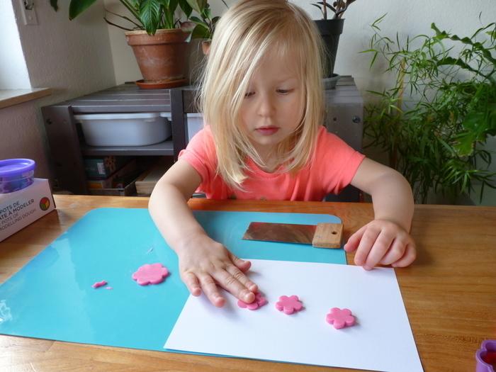 Fleurs de printemps à accrocher pour Pâques-Comment coller les créations sur la feuille? Méthode 1