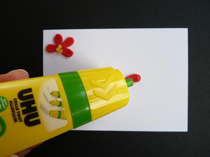 Fleurs de printemps à accrocher pour Pâques-Comment coller les créations sur la feuille? Méthode 2