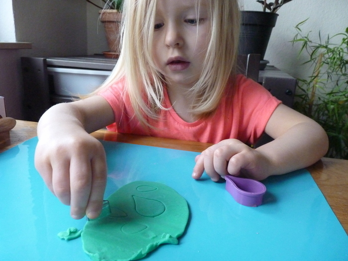 Fleurs de printemps à accrocher pour Pâques-Voici les étapes de réalisations des feuilles et tiges par les enfants.