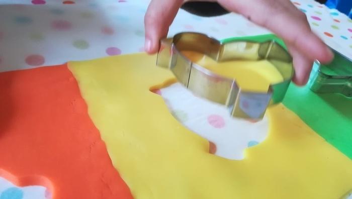 Photophore éphémère spéciale Pâques-Découpe de la pâte à modeler