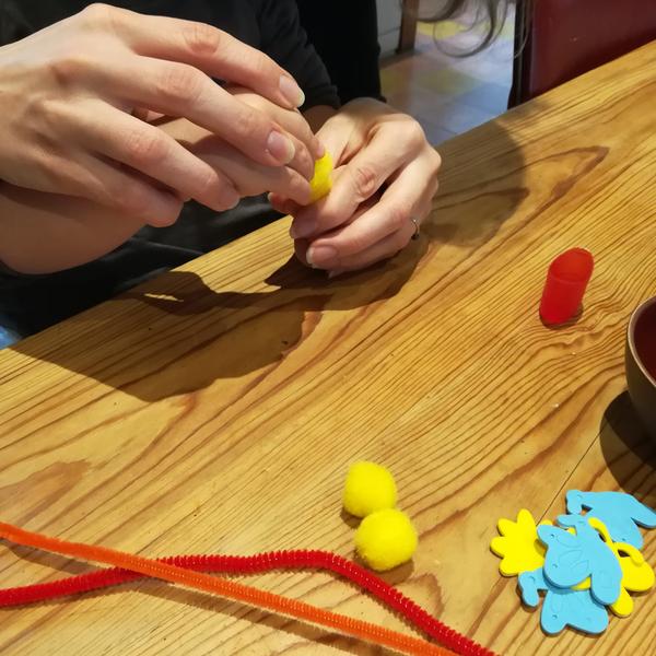 Chapeau de Pâques nid à poussins et gourmandises-Étape 2 : Transformer les pompons en poussins trop mignooooons avec un peu de colle, de perle, de fil chenille et de gommettes :D