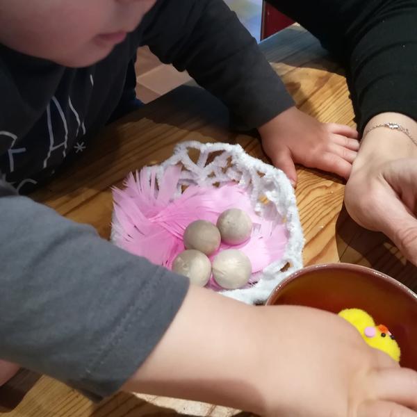 Chapeau de Pâques nid à poussins et gourmandises-Étape 4 : Tout le monde dans le nid !