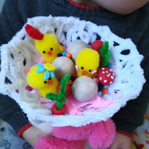 Chapeau de Pâques nid à poussins et gourmandises-Étape 6 : Nouer le fil élastique d'un côté à l'autre du nid pour en faire un chapeau rigolo.
