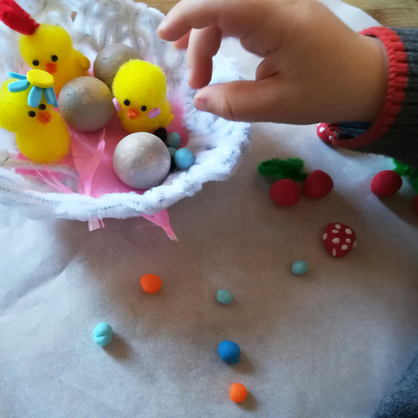 Chapeau de Pâques nid à poussins et gourmandises-Étape 5 : A nous les fruits et les bonbons !!