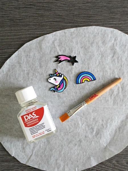 Mes broches Licorne DIY en plastique fou -Vernir et fixer le support de broche