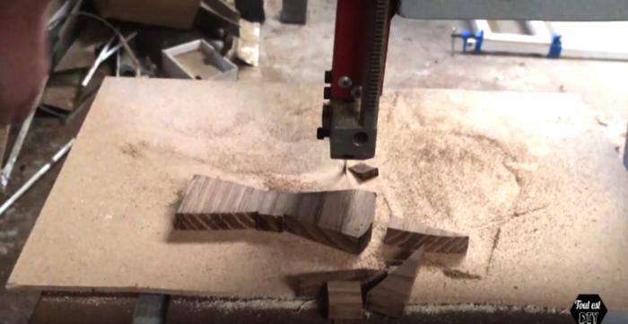 Un nœud papillon en bois stylisé-Découper le bois